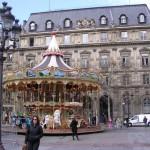 パリ市庁舎とその前のメリーゴーラウンド。楽しくて美しい役所はいかが。
