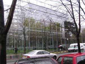 緑も空も取り込んだガラスの美術館。学生の入場はタダ。