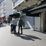 同性愛のカップルだろうか。ふたりがこんな風に歩ける社会っていい。