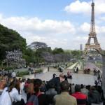5月の晴れ間、気ままに始まったパフォーマンスに集まったパリの人たち。