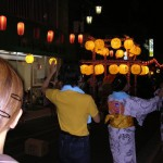 最後はみんなで盆踊り。中国人留学生のアイデアで上海の夜まつりを模した提灯飾りが。