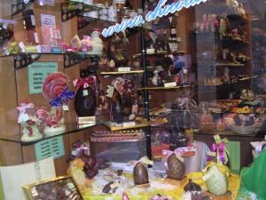 復活祭の季節、まちはたまご型のチョコレートであふれる。お店もお客も気持ちがはずむ。