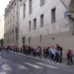 パリでは小中高生の列によく出会う。行く先は美術館など。まちはもうひとつの学校。